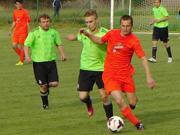 Maršovice v místním derby remizovaly s Vrchotovými Janovicemi. Hostujícího Miloše Procházku dohání domácí Karel Laurich.