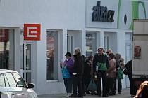 Fronta kvůli vyřízení dodávky elektřiny na kontaktním místě společnosti ČEZ v Benešově.