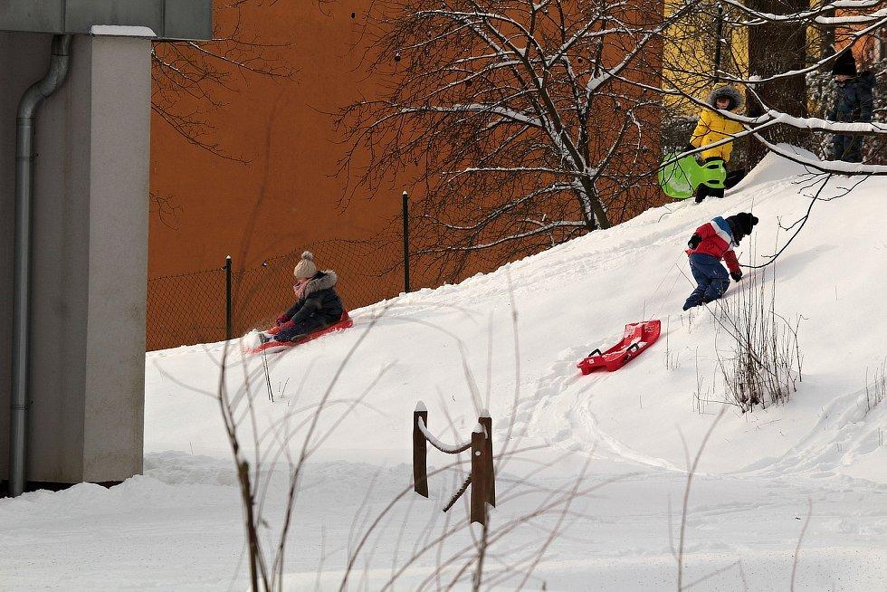 V Týnci nad Sázavou v pondělí 8. února 2021 po vydatném nočním sněžení.