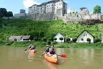 Vodáci na řece Sázavě pod hradem Český Šternberk.