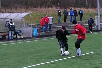 Benešovský Zdeněk Kaloš (vlevo) stál u zrodu vyrovnávací branky v utkání s FC Jílové.  Po faulu na mladého záložníka kopali domácí penaltu, kterou bezpečně proměnil Havlín