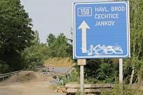 Silnici z Votic do Jankova poničila voda po přívalovém dešti 23. května večer. Zprovozněná má být 10. srpna.
