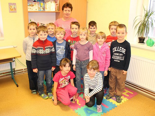 Žáci první třídy ze ZŠ Zdislavice střídní učitelkou Dagmar Vodolánovou.