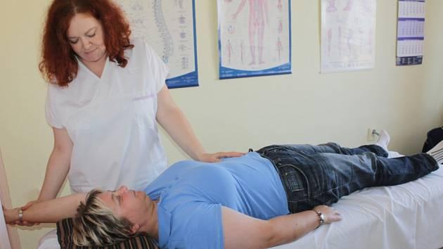 Rukama primářky rehabilitačního oddělení benešovské nemocnice Marie Mrvové projdou denně desítky pacientů.