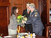 Diplomy a pamětní medaile předali v úterý hejtmanka Jaroslava Pokorná Jermanová a krajský radní pro oblast bezpečnosti a ICT Robert Bezděk (oba ANO) osmnácti zástupcům středočeských hasičů, kteří působí jako vedoucí přípravek mladých hasičů.