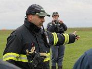 Dobrovolní hasiči trénovali doplňování vaku zavěšeném pod vrtulníkem pro hašení požárů v nepřístupném terénu.