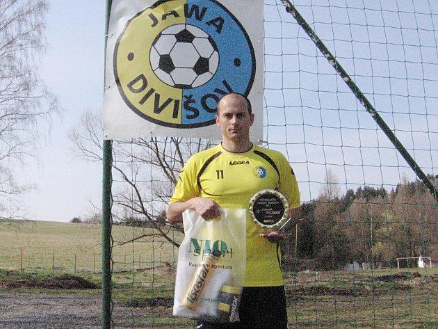 Zdeněk Pekárek se vyfotil na divišovském hřišti s pěknou plaketou, cenami od NIO sportu i znakem klubu.