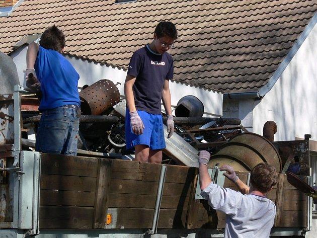 Lidé v Boršově nad Vltavou se měli o víkendu zbavit nepotřebného železného šrotu.