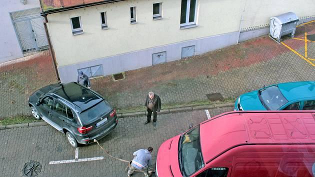 Parkování u kina v ulici F. V. Mareše v Benešově není úplně snadnou záležitostí. Dokládá to snímek z 9. ledna 2020.