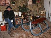 Součástí výstavy jsou jak vánoční betlémy, tak i historické sáňky.