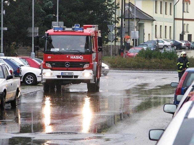 Hasiči zasahovali při požáru rozvodné skříně na chodbě panelového domu v ulici Na Bezděkově