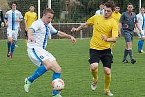 Votický Michal Budil (u míče) se snažil přelstít tuchlovického hráče.