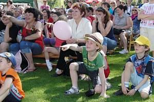Májových slavností se každoročně účastní tisíce lidí.