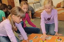 Školáci z Dukelské si při vyučování hráli a mlsali.