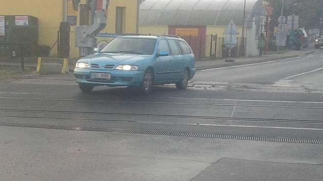 Železniční přejezd v Týnci nad Sázavou je po rekonstrukci v horším stavu než před ní.