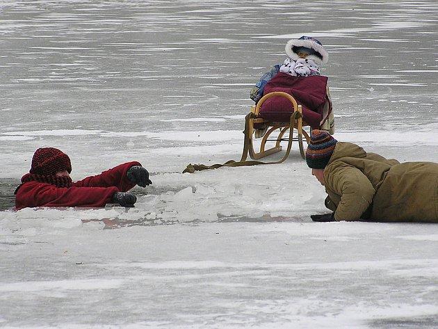 Do ledu se jako Nina propadla ukrajinská herečka Kateryna Volokhina. Ve skutečnosti bruslařské prvky točila krasobruslařka Alena Pokorná a ve vodě se máchala kaskadérka.