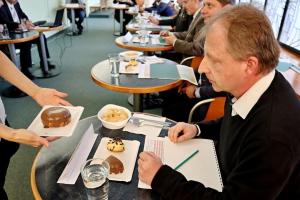 Z hodnotící komise posuzující produkty usilující o prestižní regionální značku Potravinářský výrobek Středočeského kraje.