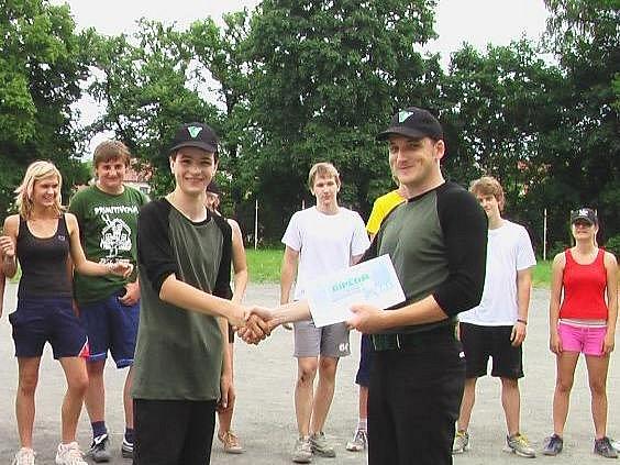 Marek Müller přebírá druhou cenu pro Gymnázium Vlašim během loňského 5. ročníku podblanického turnaje základních škol v softbalu.