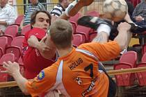 Tři dílčí zápasové body v extraligovém souboji s Karlovými Vary obstaral na konto Šacungu univerzál Jiří Holub. Na snímku bojuje na síti s Jakubem Medkem.