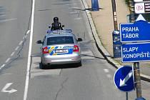 Při nedělním odlezdu z festivalu elektronické hudby policisté důsledně kontrolovali vozidla vyjíždějící z areálu bývalých kasáren.
