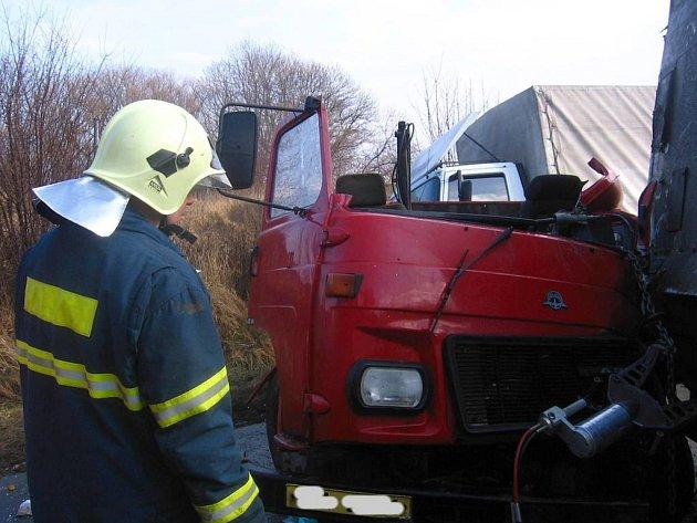 Takto vypadala Avie po zásahu hasičů a vyproštění řidiče pomocí hydraulických nůžek