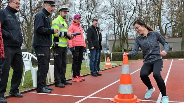 Přes bariéry s policií.