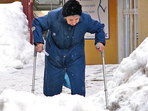 Namrzlé chodníky straší všechny chodce.