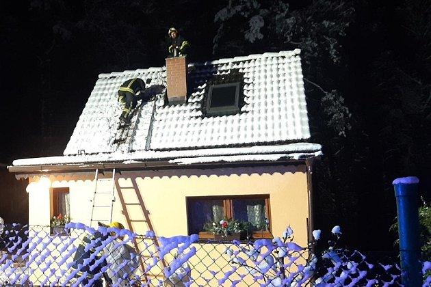 Požár sazí vkomíně domu ve Zvoli na Praze-západ.