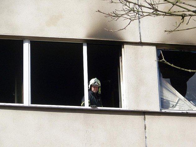 Následky požáru bytu v paneláku ve vlašimské Dolnokralovické ulici.