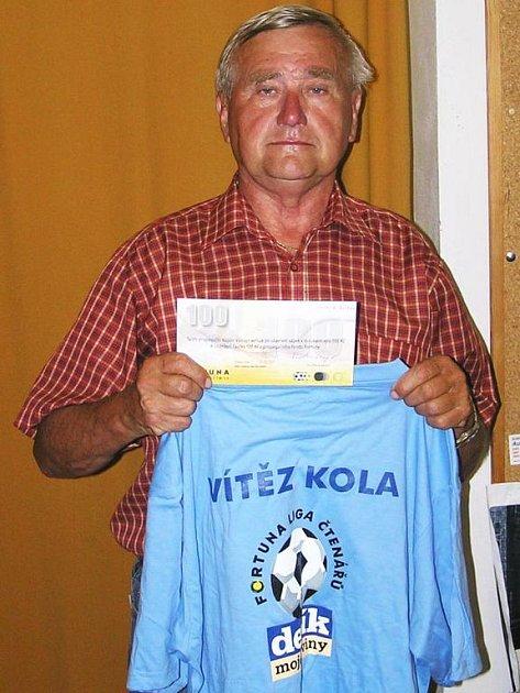 """V 8. kole """"natrhnul"""" všem tipérům triko František Dráb z Chlístova a po zásluze si odnesl z redakce BND poukázku na 100 korun od sázkové kanceláře Fortuna a tričko"""
