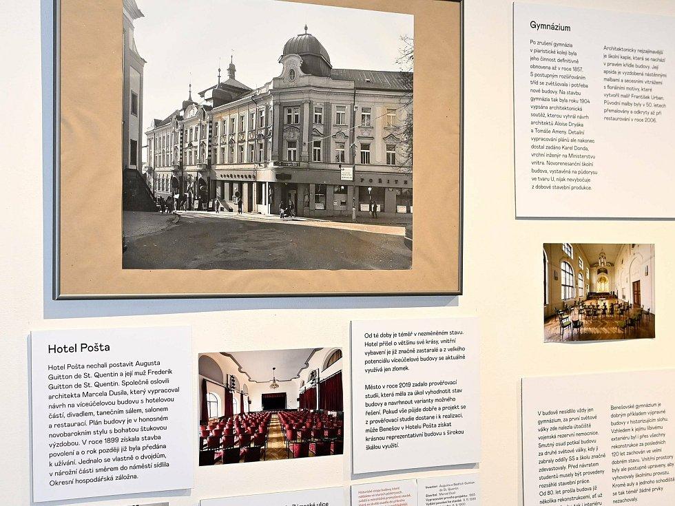 Výstava DŮM X MUD v Muzeu umění a designu Benešov na malém náměstí.