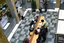 Ve dvoraně benešovské radnice si lidé běžně vyřizovaly občanské i řidičské průkazy.