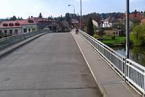 Vozovka mostu přes Sázavu dostane nový povrch začátkem září.