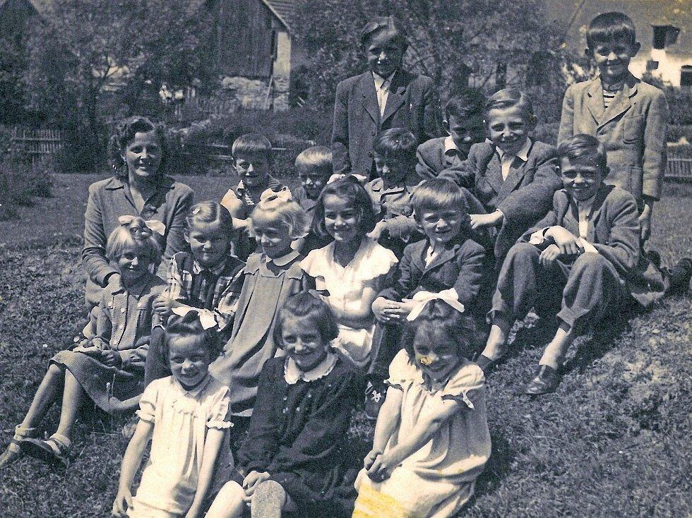 Děti z nahorubské školy se svou učitelkou paní Němcovou se nechaly vyfotit venku na okraji obce.