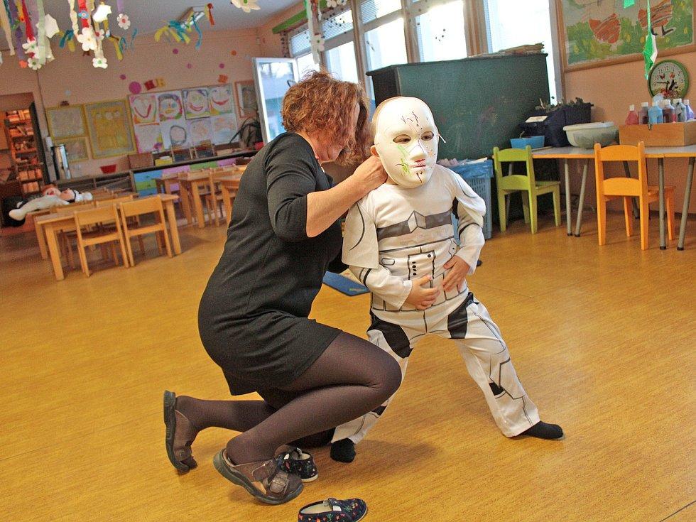 Maškarní karneval v páté třídě Mateřské školy v Týnci nad Sázavou.