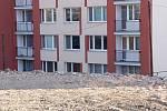 Obavy z toho, že neuvidí oblohu a slunce, mají hlavně lidé z nejbližšího sousedství stavby utopeni pod terénním zlomem vzniklým ze suti zbořené vilky.