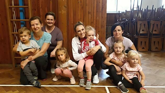 Cvičení rodičů s dětmi, které pořádá TJ Sokol Votice.