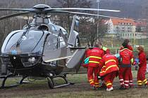 Kvůli nepřízni počasí nemohl k raněnému přistát vrtulník.