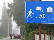 Dopravní hřiště začalo sloužit předškolákům i žákům ZŠ při dopravní výchově. Dospělí si v obytné zoně parkují, kde se jim zalíbí.
