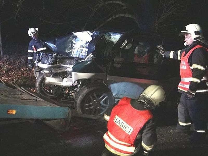 Benešovští hasiči vyprostili mrtvého řidiče a zajistili vozidlo proti požáru.