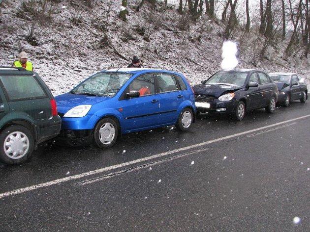 Na silnici I/3 u hotelu Benica se srazila čtyři auta