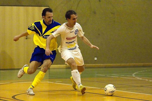 Petr Kilián, útočník Arsenalu a autor dvou branek (vlevo) marně dohání kladenského Hlavu.