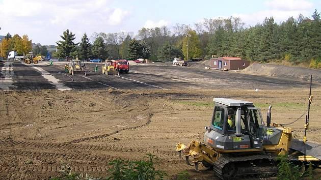 Do konce roku se ze špinavého sportoviště promění tréninková plocha na hřiště s umělou trávou