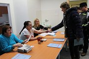 První den prezidentských voleb v Neveklově.