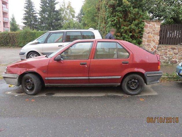 Červený Renault 19 byl ve Spojovací ulici poškozený pravděpodobně z 5. na 6. října.