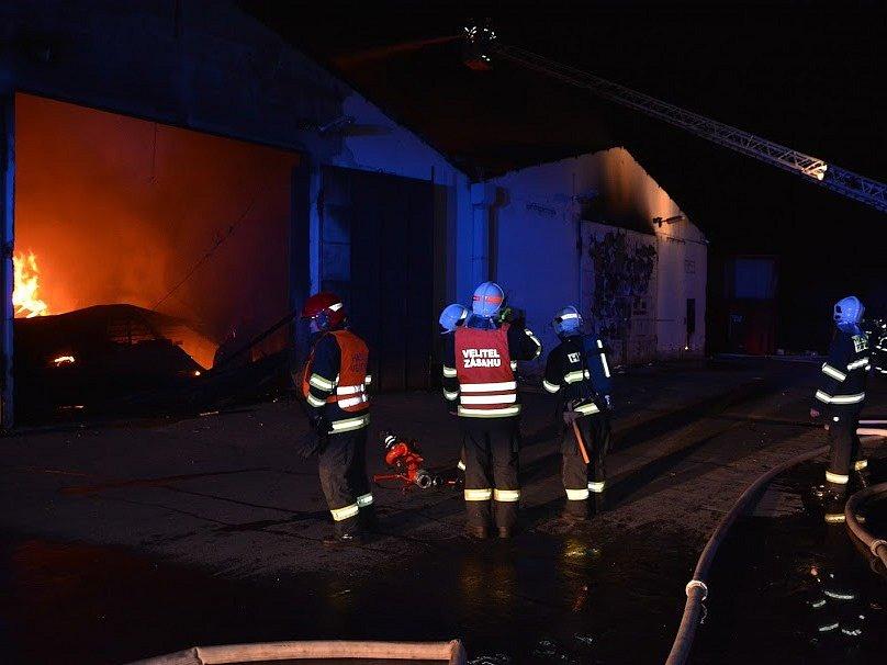 Požár, který zničil halu v Letech