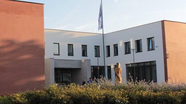 Týnecká radnice v ulici K Náklí.