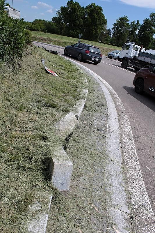 Stopy do dopravní nehodě na křižovatce U Topolu v Benešově.