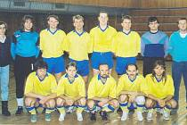 Na počest zesnulého Luboše Mužíka (na snímku z roku 1993, dole, druhý zprava) se odehrál již desátý ročník fotbalového turnaje