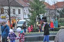 V Benešově začala Mikulášská nadílka v pátek v 17 hodin příchodem Mikulášské družiny. Ale už od 16 hodin se rozjel na Masarykově náměstí program.